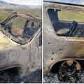 4日、メキシコ北部で銃撃を受けて焼け焦げた車=AP