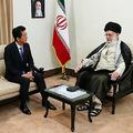イランの最高指導者ハメネイ師(右)と会談する安倍晋三首相=13日、テヘラン(ハメネイ師のツイッターより)