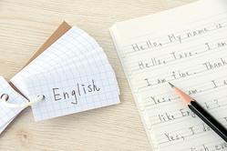 菅総理の「下手すぎる英語」ツイッターを代理投稿した、意外な人物 日本の高校2年生くらいの英語力