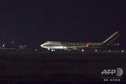 米カリフォルニア州のトラビス空軍基地に到着した、クルーズ船「ダイヤモンド・プリンセス」から退避した米市民を乗せたチャーター機(2020年2月16日撮影)。(c)Brittany Hosea-Small  / AFP