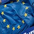 ベルギーの首都ブリュッセルにある欧州委員会の前に掲げられた欧州旗(2019年9月2日撮影、資料写真)。(c)Kenzo TRIBOUILLARD / AFP)