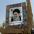 イラン首都テヘランの広場に展示された中距離弾道ミサイル「シャハブ3」と同国の最高指導者アリ・ハメネイ師の肖像(2019年9月26日撮影、資料写真)。(c)STR / AFP