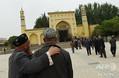 中国西部・新疆ウイグル自治区カシュガルで、モスク(イスラム礼拝所)に向かうウイグル人男性ら(2015年4月19日撮影、資料写真)。(c)GREG BAKER / AFP