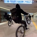商業施設で自転車が集団暴走