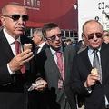 ロシア首都モスクワ郊外のジュコフスキーで開かれた航空見本市「国際航空宇宙サロン」で、アイスクリームを食べるウラジーミル・プーチン大統領(右)とトルコのレジェプ・タイップ・エルドアン大統領(左)。トルコ大統領府報道局提供(2019年8月27日撮影、公開)。(c)AFP=時事/AFPBB News