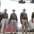 外出禁止措置が発動された25日、インド北部アムリツァルで信号機の下に立つ警察官(AFP時事)