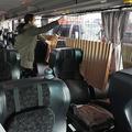 新型コロナウイルスの感染防止対策で座席間に設置されたカーテン=青森県八戸市、西畑志朗撮影
