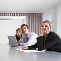 大人数の会議は暇人のもの? 働き方を変える各人の「コスト意識」