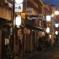 写真撮影は基本NG。徹底してルールを守り、今も色街として存在し続けている飛田新地は大阪のど真ん中にありながら、「異世界」という言葉がふさわしい風情を持った街だ(写真:秋山謙一郎、以下同じ)