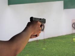 射撃場に行けば一般人や観光客でも体験できるほど身近に銃がある