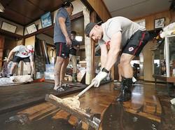 釜石のW杯試合中止、選手が清掃 台風被害住民から感謝の声