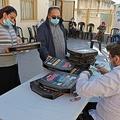 イスラエル・テルアビブ近郊のブニブラックで、ワクチン接種後にピザを受け取る人々(2021年2月15日撮影)。(c)JACK GUEZ / AFP