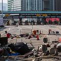 14日、香港島と九竜地区を結ぶ海底トンネルの入り口をふさぐ障害物(AFP時事)