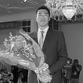 引退会見後、巨人の球団職員から花束を贈呈された。新人時代からつけていた背番号19は、浪人した19歳の1年間を忘れないという思いから選んだ