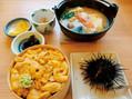 旅行で訪れた北海道の積丹半島で、名産のウニを堪能。2か月に一度は旅行するなど、月10万円の生活費ながら、FIRE生活を満喫
