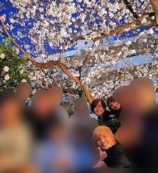 満面の笑みで桜の下に立つ昭恵夫人