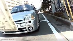 空ぶかししてバイクに急接近するワゴン車(写真は、「バイク&ライディング」さん投稿の動画から)