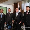 南北とIOCは2月に東京五輪での合同チーム結成に向けた3者会談を開き、バスケ女子など4競技での結成に合意した=(聯合ニュース)