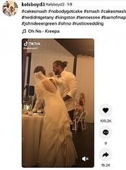 """仲良く並んで""""ウェディングケーキ・スマッシュ""""の準備をする新郎新婦(画像は『Kelsboyd3 2021年1月9日付TikTok「#cakesmash #nobodygotcake」』のスクリーンショット)"""