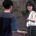 '16年4月、土を盗んできた伊勢谷友介(左)を咎めるどころか、森星(右)は笑顔で迎え入れ、一緒に部屋へ上がった