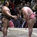 大相撲初場所で取組前に2回「ぺこり」力士の振る舞いに館内沸く
