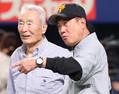 今年5月17日、巨人・原監督(右)と練習を見る金田正一氏