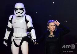 英ロンドンで開かれた映画『スター・ウォーズ/フォースの覚醒』の欧州プレミア上映会に出席した米女優のキャリー・フィッシャーさん(2015年12月16日撮影、資料写真)。(c)LEON NEAL / AFP