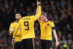 サッカー欧州選手権予選、グループI、スコットランド対ベルギー。得点を挙げ、ロメルー・ルカク(中央)と喜び合うベルギーのケビン・デ・ブルイネ(右、2019年9月9日撮影)。(c)ANDY BUCHANAN / AFP