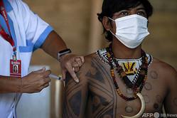 ブラジル・リオデジャネイロ州マリカの先住民居住区で、新型コロナウイルスワクチンの接種を受ける先住民族グワラニ(2021年1月20日撮影)。(c)Mauro Pimentel / AFP