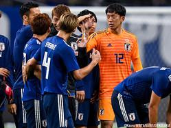 チームメイトと勝利を喜ぶGK権田修一