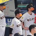 6回2死満塁、中島宏之が空振り三振に倒れて、肩を落とす原辰徳監督(左から2人目)らナイン