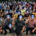 ミャンマー最大都市ヤンゴンのカマユ地区で、三本指を立てる仮面をかぶった反クーデターデモの参加者ら(2021年4月4日撮影、同日提供)。(c)AFP PHOTO / BURMA ASSOCIATED PRESS (BAP)