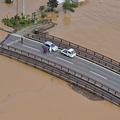 孤立した陸橋の上で救助を待つ人たち=2019年10月13日午前11時16分、長野市、朝日新聞社ヘリから、遠藤真梨撮影
