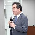 韓国文化院のプレスセンターで発言する李首相=23日、東京(聯合ニュース)