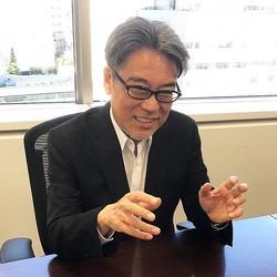なんと37年振りの出会いにも関わらず、インタビュー中に机を叩いた井上伸一郎さんの心中やいかに!?