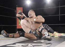田中将斗はスライディングDで青木真也(左)を退けてV4に成功した