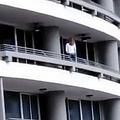 27階のバルコニーに身を乗り出して自撮りする女性、転落する前の姿(画像は『Mirror 2018年10月14日付「Woman falls to her death from 27th floor balcony after losing balance taking a selfie」(Image: IG/elsiglodigital)』のスクリーンショット)