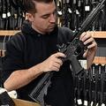 「銃を買う権利」はアメリカでは国を二分するテーマ(AFP=時事)