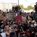 仏でも警察の暴力などを非難するデモ 米抗議デモの拡大をきっかけに
