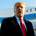 12日、米メリーランド州で大統領専用機に乗り込む前、記者団に話すトランプ大統領=AP