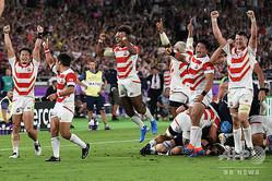 ラグビーW杯日本大会・プールA、日本対スコットランド。勝利を喜ぶ日本の選手(2019年10月13日撮影)。(c)William WEST / AFP