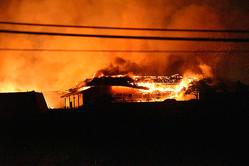 炎を上げて燃える首里城の建物=2019年10月31日午前5時56分、那覇市、岡田将平撮影