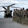 アフガニスタン・ロガール州のシャンク前線作戦基地で、搬送される負傷した退役軍人に別れを告げるために整列する米兵ら(2014年5月28日撮影)。(c)BRENDAN SMIALOWSKI / AFP