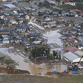 【台風19号】今も破壊された住宅と水が残る千曲川の決壊現場=15日午前9時8分、長野市(本社ヘリから、恵守乾撮影)