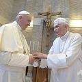 バチカンで面会するローマ・カトリック教会のフランシスコ教皇(左)と前教皇のベネディクト16世(2017年6月28日撮影)。(c) HO / OSSERVATORE ROMANO / AFP