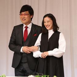 山里亮太(左)、蒼井優夫妻