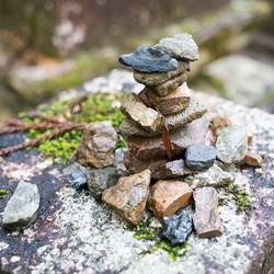 神社などにある積石の意味とは?宗教史研究家に聞いてみた!