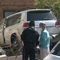 パトカーに衝突して逃走した車が住宅に突っ込む「ザザザザーという音が」