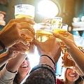 友人たちとビールで乾杯する幸せな瞬間