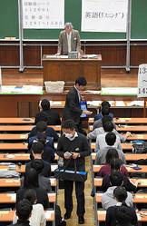 今年の大学入試センター試験で、受験生にリスニング用の機器を配布する担当者=1月19日、東京都文京区の東京大学、代表撮影